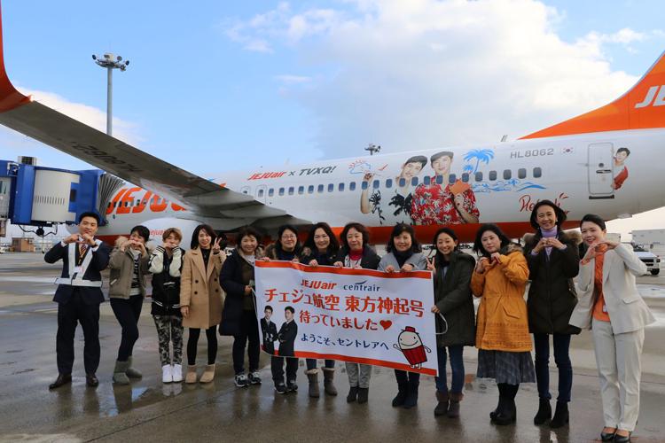 東方神起ファン、チェジュ航空の東方神起ラッピング機と一緒に写真を